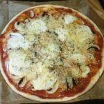 Recette de la tarte façon pizza aux champignons, aux fromages et sauce arrabiata
