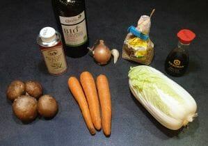 Poêlée asiatique de chou chinois, carottes et champignons
