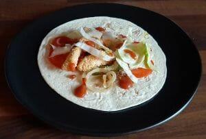 Galettes de fajitas maison. Tortillas mexicaines poulet, avocat et tomate