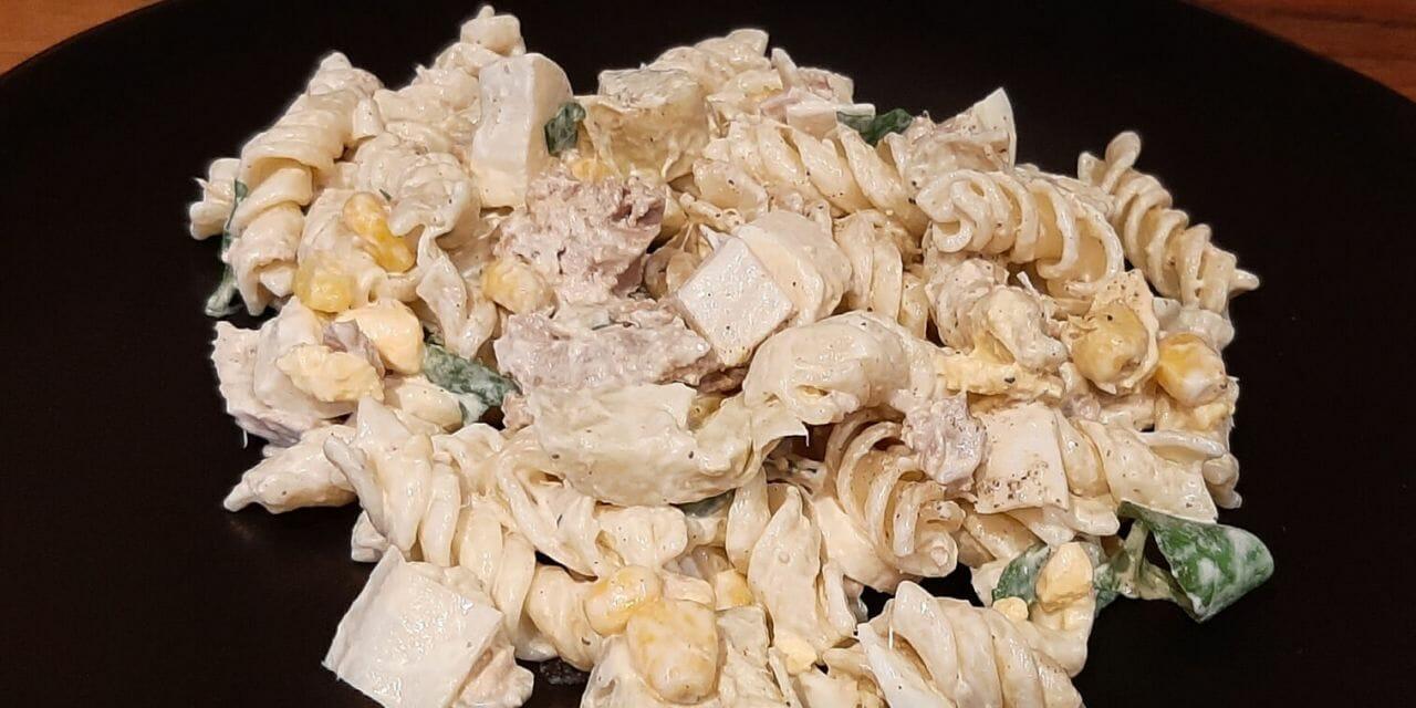 Recette de Salade de pâtes froides avec thon, cœurs d'artichaut et de palmier et maïs