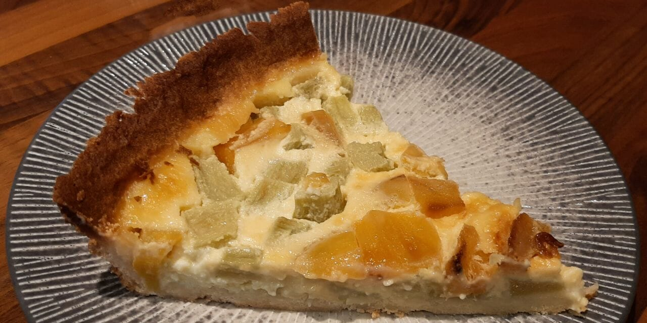 Recette de  Tarte à la rhubarbe et mangues caramélisées au miel sur pâte sucrée