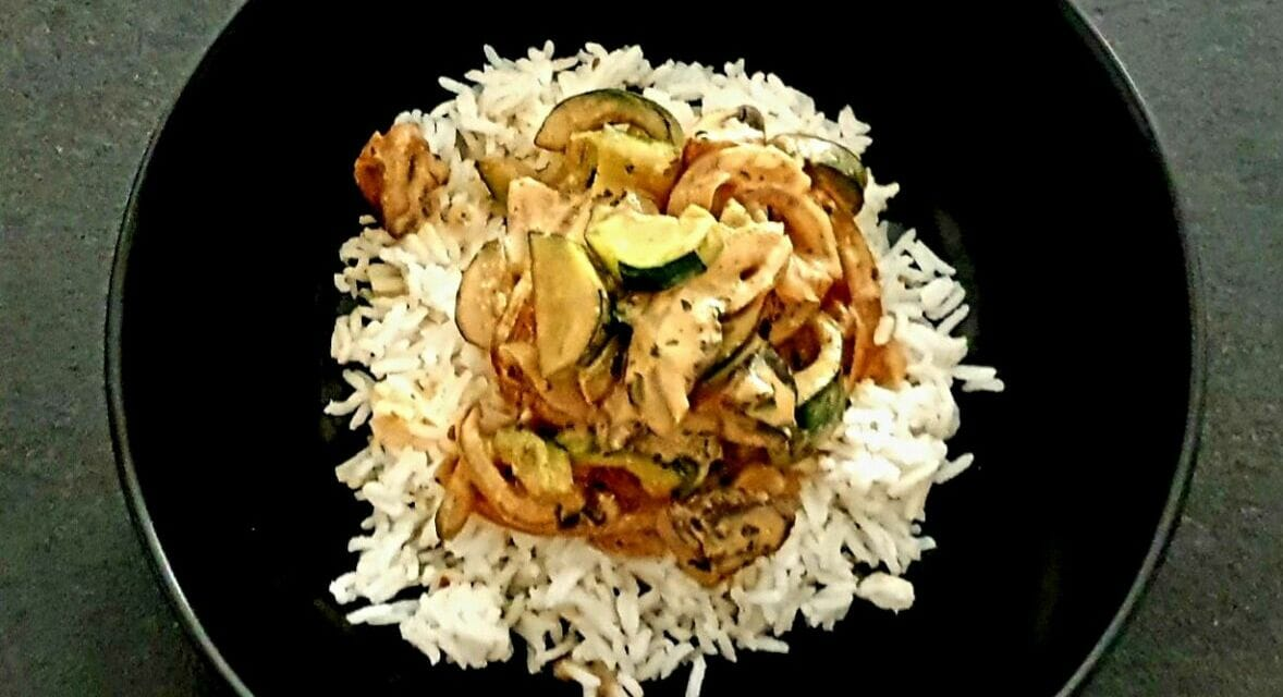 Recette de Riz à la courgette, champignons, lait de coco, pâte de curry rouge et coriandre
