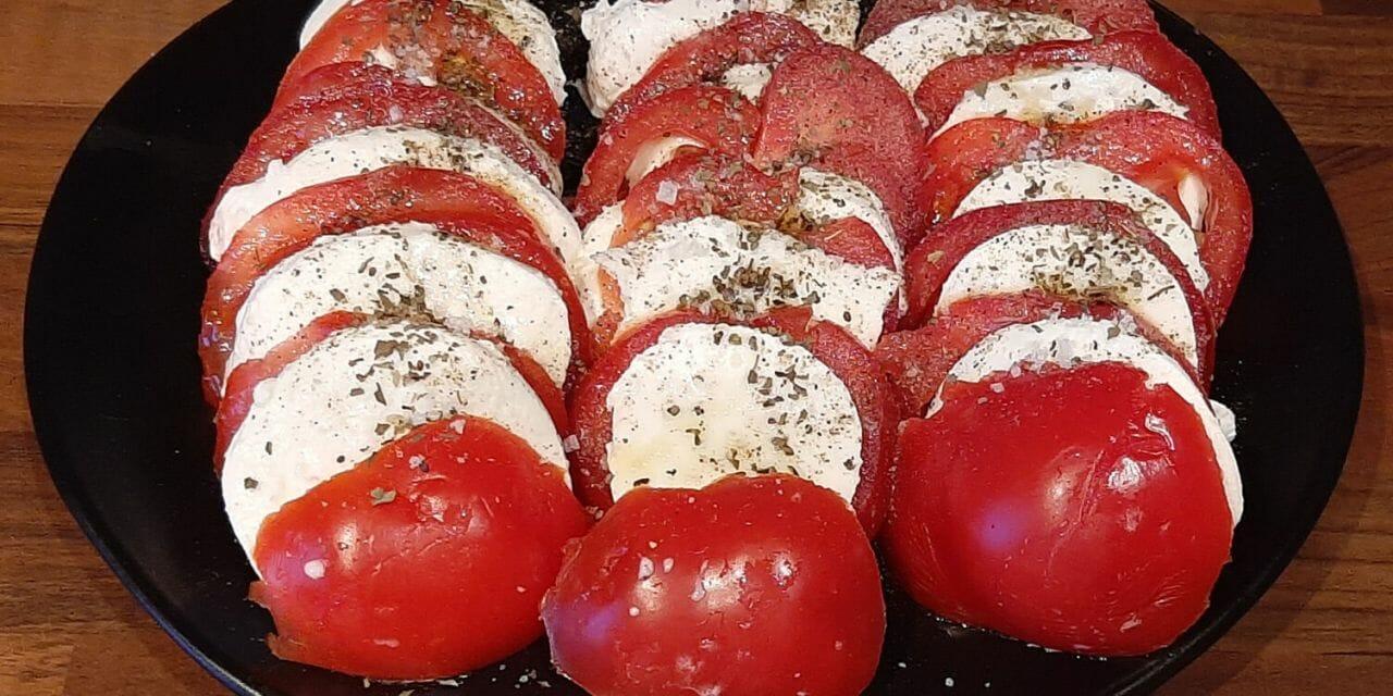 Recette de la Salade de tomates à la mozzarella et basilic (ou salade caprese)