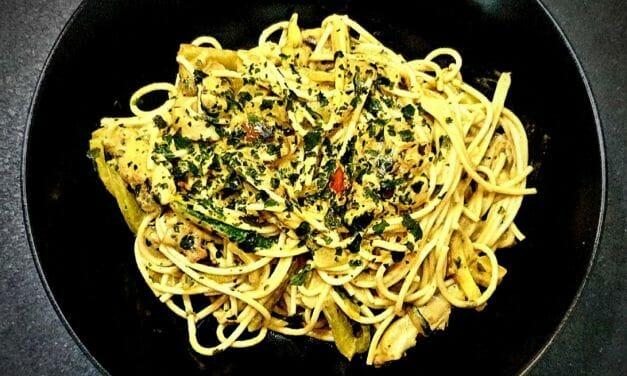 Recette de Nouilles de blé aux légumes (courgette, champignon), lait de coco, curry rouge, coriandre