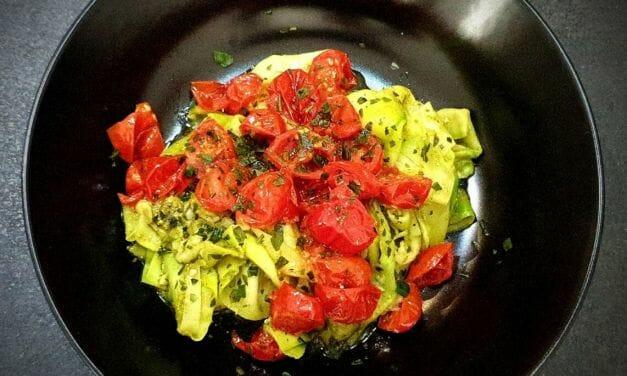Recette de Tagliatelles de courgettes au pesto vert et tomates cerises au four