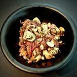 Poêlée de champignons de Paris (ou des bois) avec oignons rouges, ail et persil
